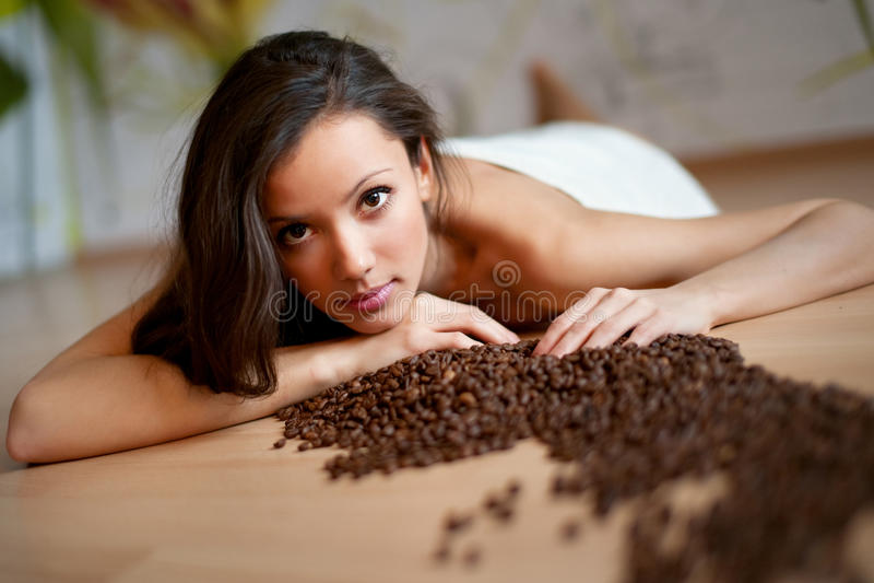 Giovane donna sexy in tovagliolo fotografie stock libere da diritti
