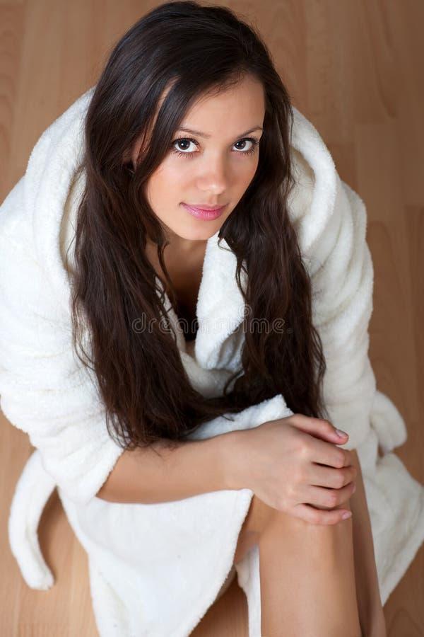 Giovane donna sexy in un accappatoio fotografia stock