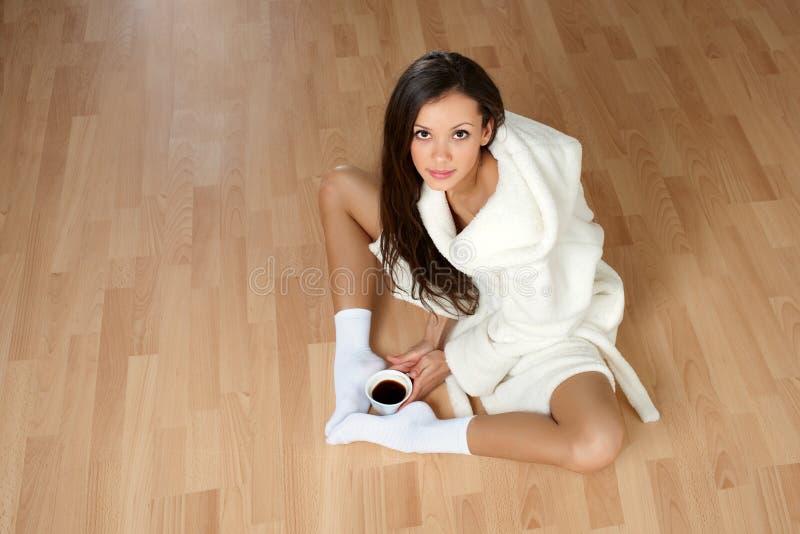 Giovane donna sexy in un accappatoio fotografia stock libera da diritti