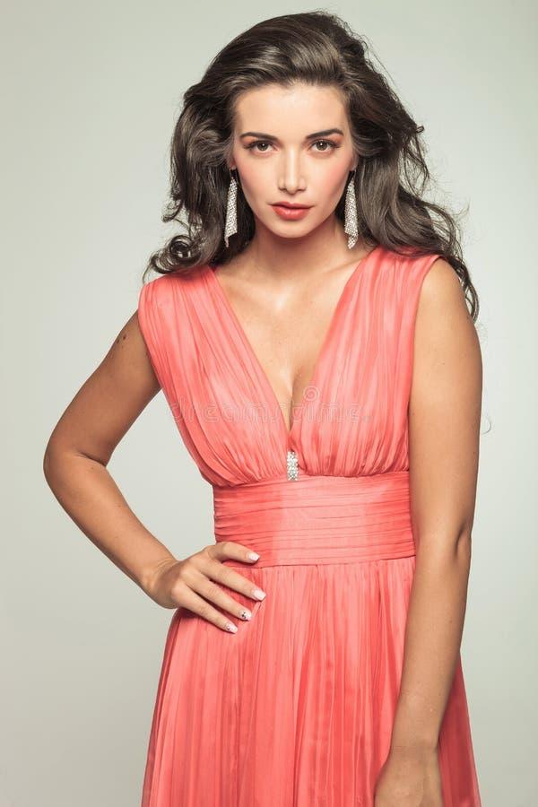 Giovane donna sexy in vestito elegante rosso fotografia stock