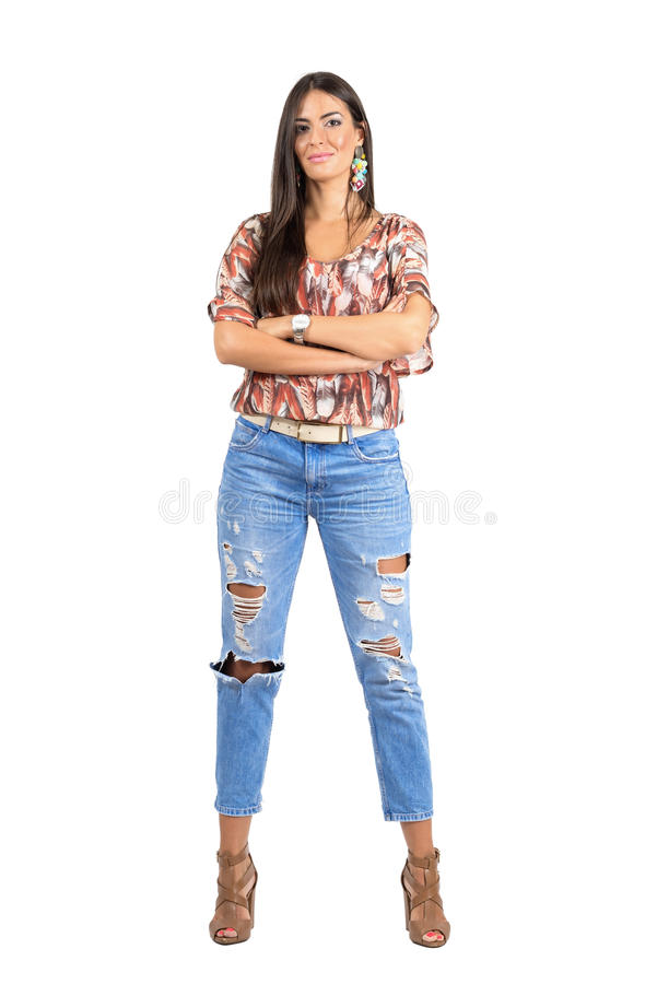 Giovane donna sicura in abbigliamento casual con le armi piegate che esaminano macchina fotografica fotografia stock libera da diritti