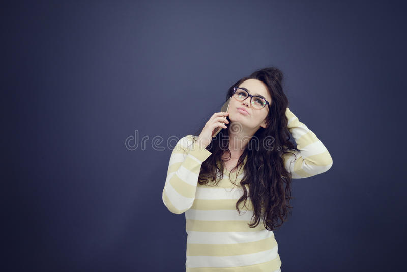 Giovane, donna sicura, riuscita e bella di affari con il telefono cellulare isolato fotografie stock