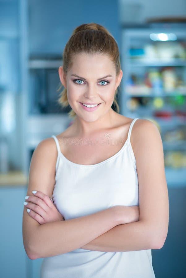 Giovane donna sicura sorridente fotografia stock libera da diritti