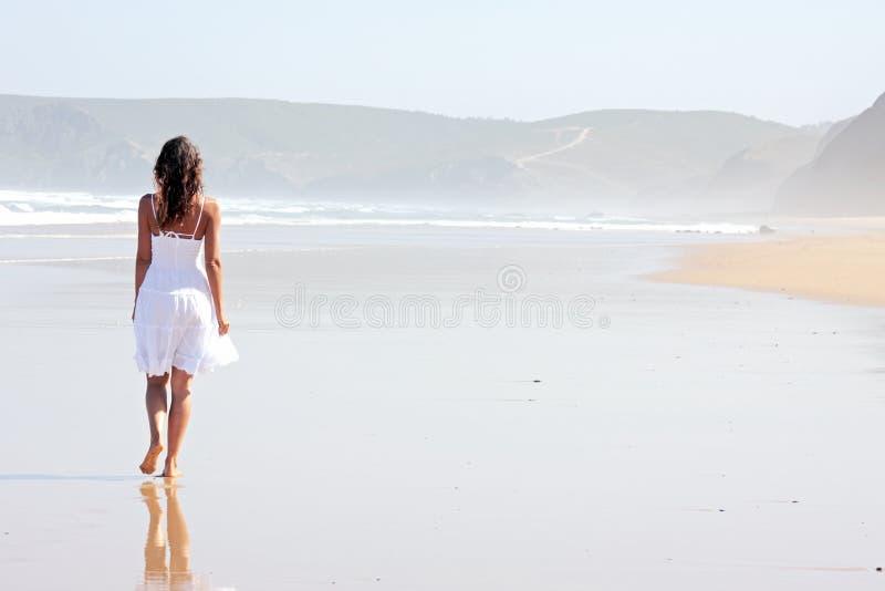 Giovane donna sola alla spiaggia immagini stock