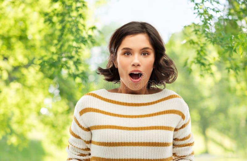 Giovane donna sorpresa sopra sfondo naturale fotografia stock