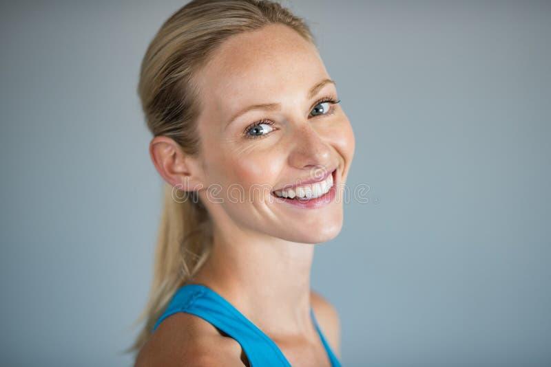 Giovane donna sorridente fotografia stock