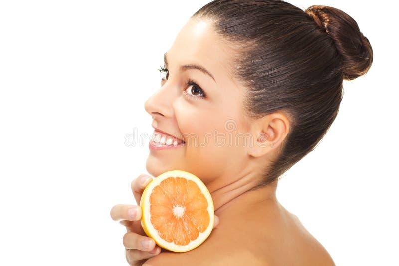 Giovane donna sorridente in buona salute con l'arancia fotografie stock