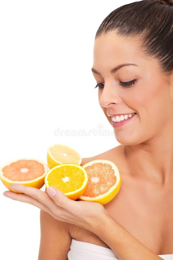 Giovane donna sorridente in buona salute con l'arancia ed i limoni fotografia stock libera da diritti