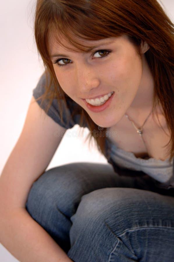 Giovane donna sorridente casuale immagini stock libere da diritti