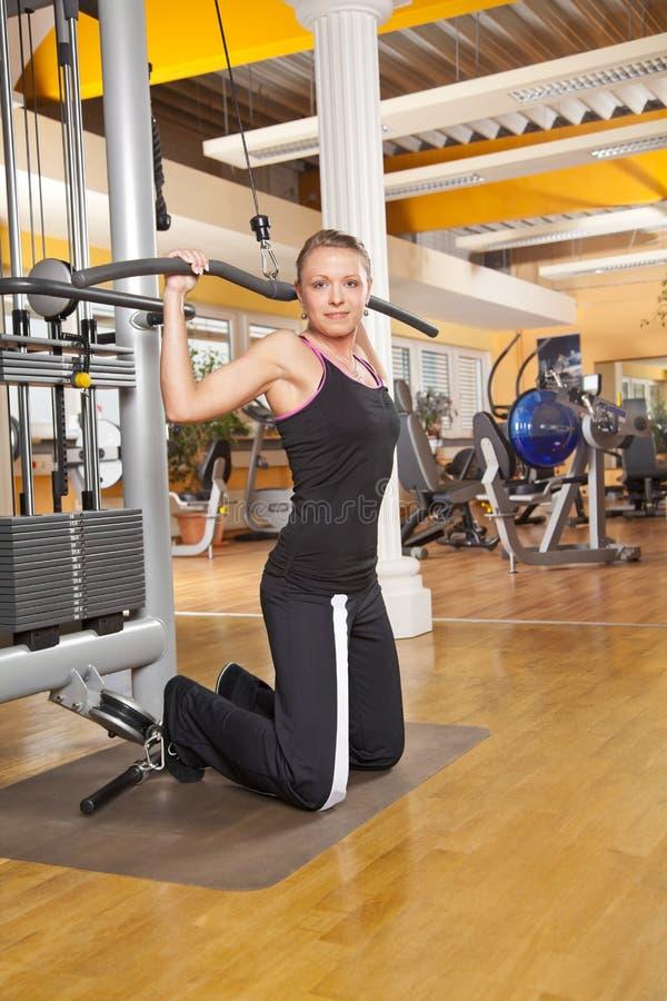 Giovane donna sorridente che si esercita in ginnastica fotografia stock libera da diritti