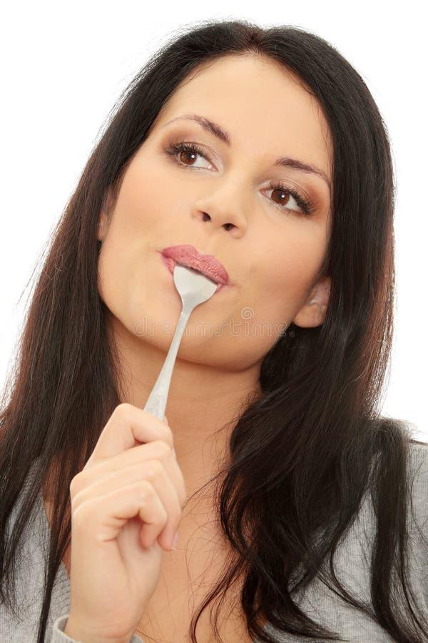 Giovane donna sorridente con il cucchiaio fotografie stock libere da diritti