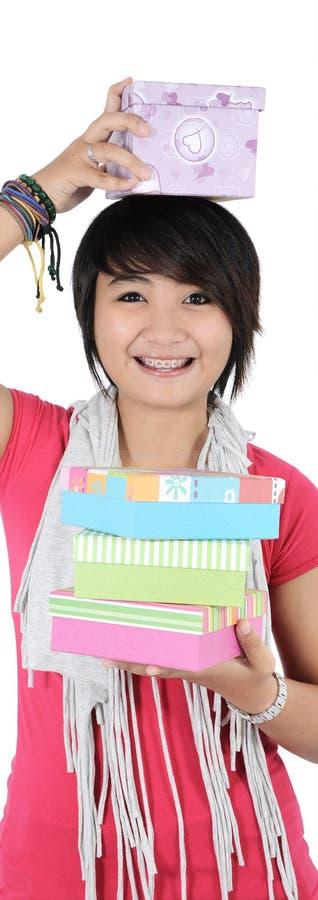 Giovane donna sorridente con un regalo immagini stock