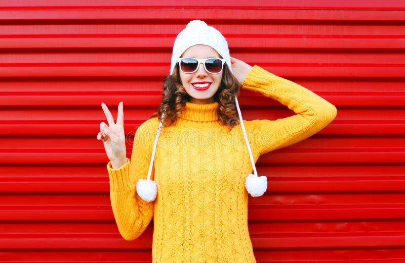 Giovane donna sorridente di modo che porta maglione variopinto fotografia stock libera da diritti
