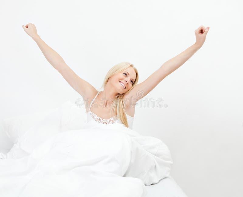 Giovane donna sorridente felice che sveglia fotografia stock