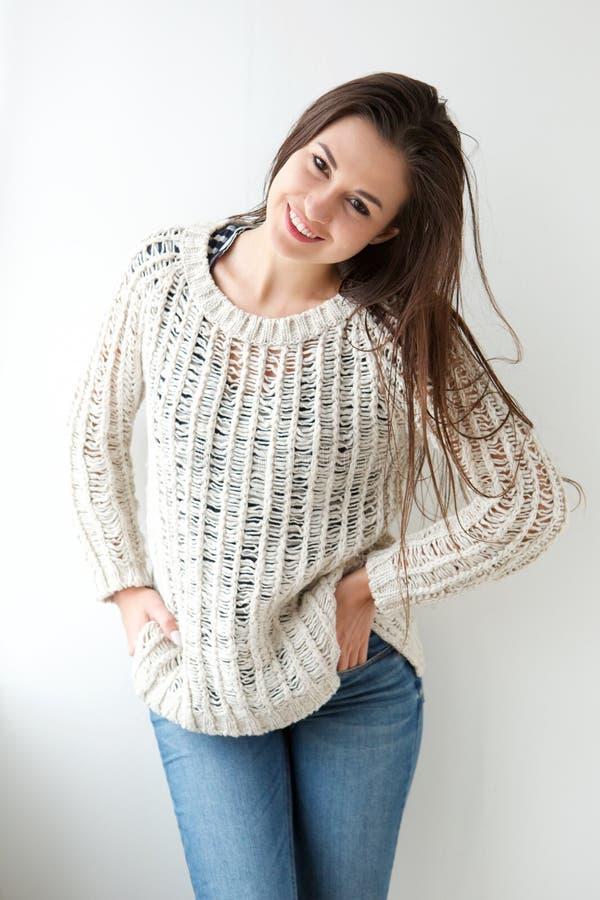 Giovane donna sorridente in maglione fotografia stock
