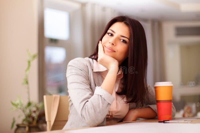 Giovane donna sorridente sicura immagini stock libere da diritti