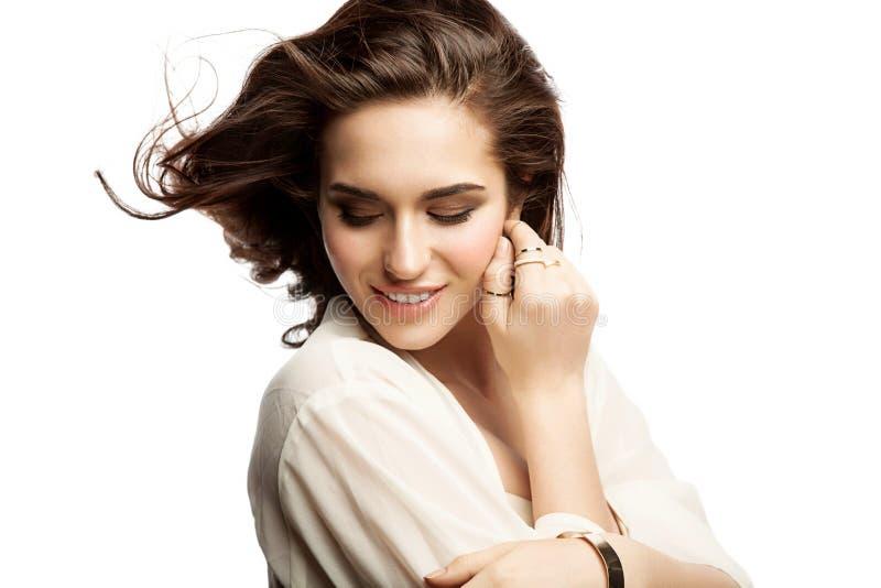 Giovane donna sorridente su un fondo bianco isolato fotografia stock libera da diritti