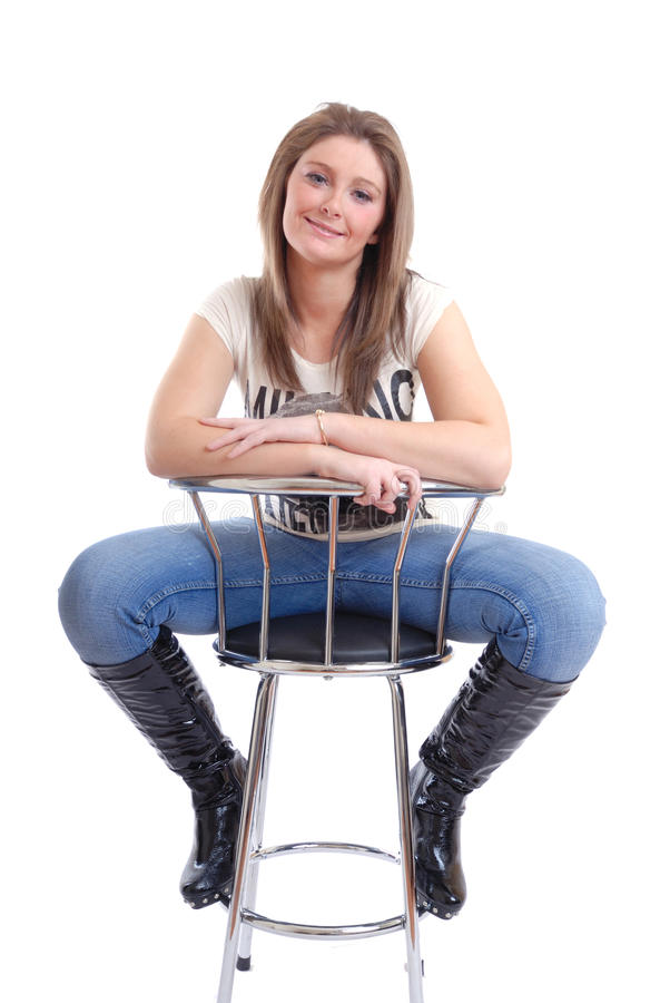 Giovane donna sorridente sulle feci di barra fotografia stock libera da diritti