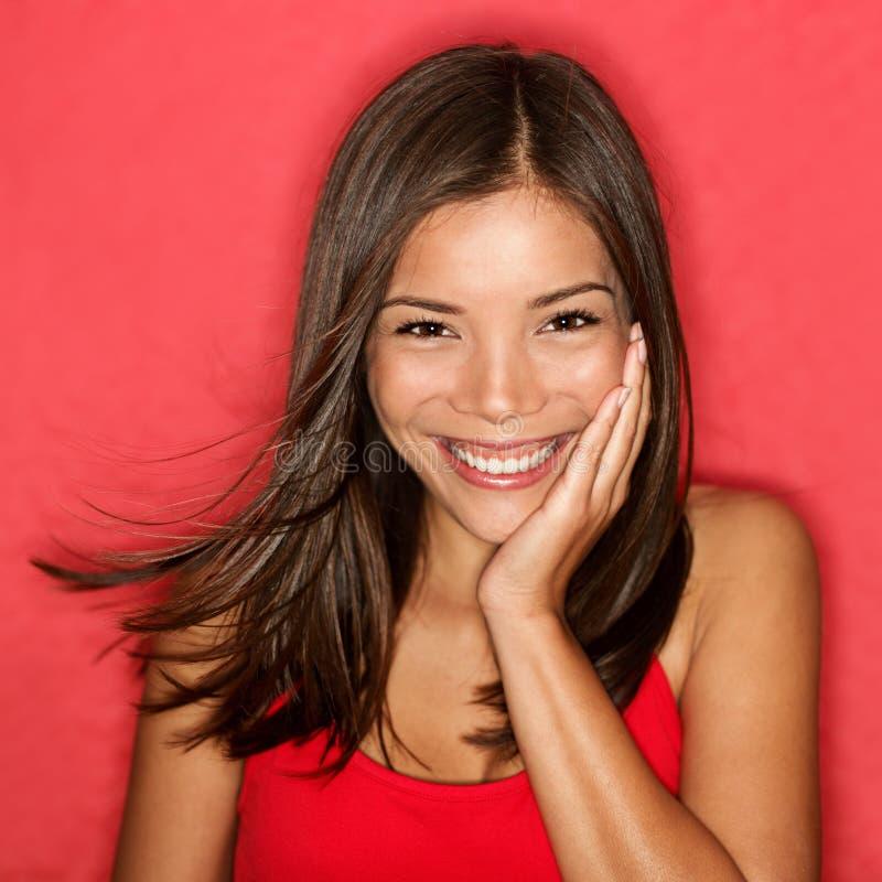 Giovane donna sorridente sveglia immagine stock