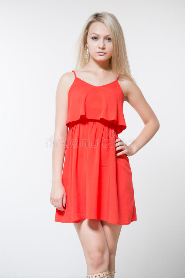 Giovane donna sorridente in vestito rosso Isolato sopra fondo bianco fotografie stock libere da diritti