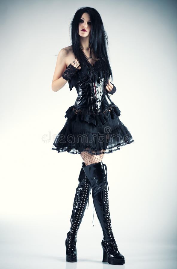 Giovane donna sottile del goth fotografie stock