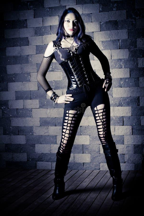 Giovane donna sottile del goth. Su priorità bassa di pietra. immagini stock libere da diritti