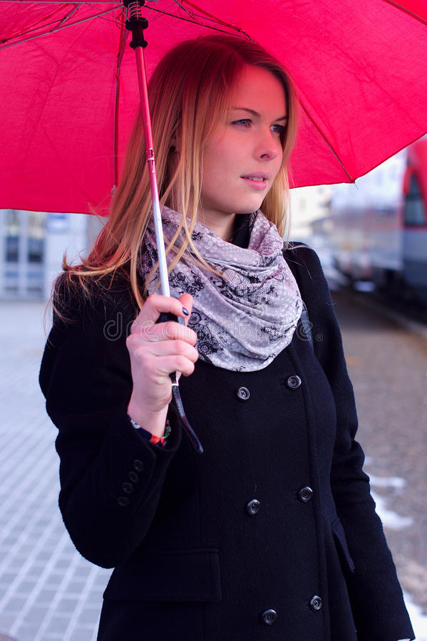 Giovane donna sotto l'ombrello fotografia stock libera da diritti