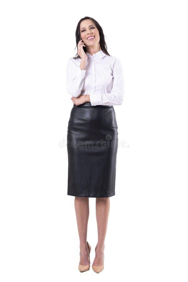 Giovane donna spensierata rilassata allegra di affari che ride sul telefono cellulare fotografie stock libere da diritti