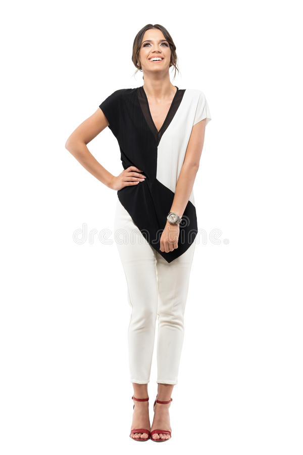 Giovane donna spensierata rilassata di affari in vestito che ride e che cerca immagine stock