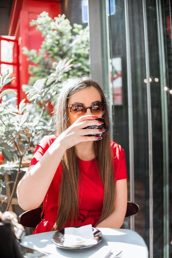 Giovane donna splendida che gode del caffè caldo fotografia stock