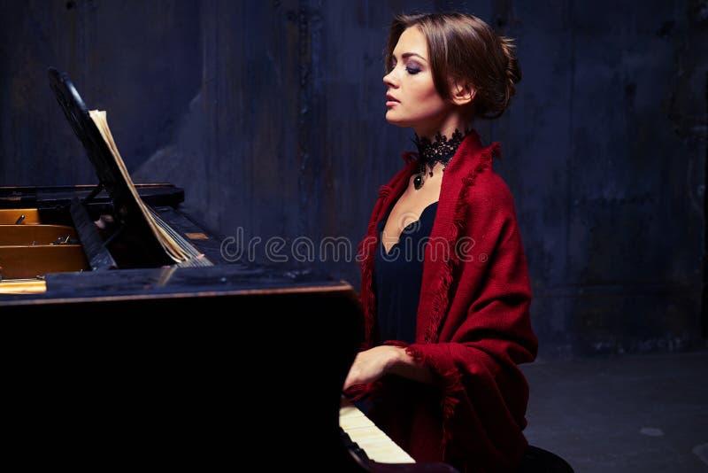 Giovane donna splendida ispirata che porta una sciarpa rossa sopra uguagliare d immagini stock