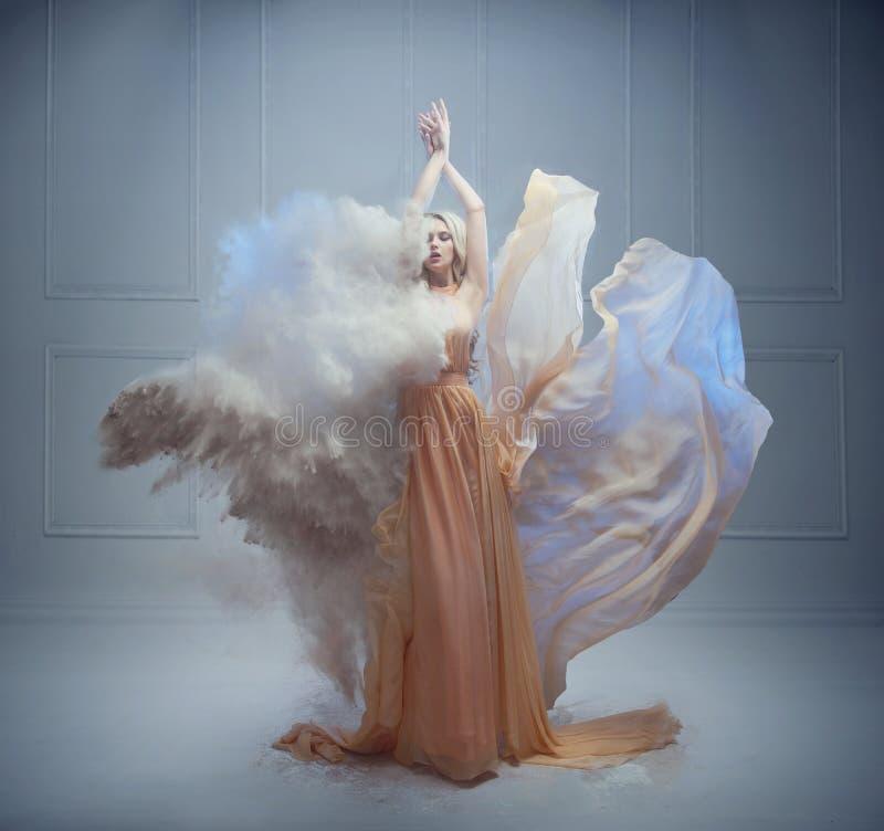Giovane donna splendida in una posa di fiaba immagini stock