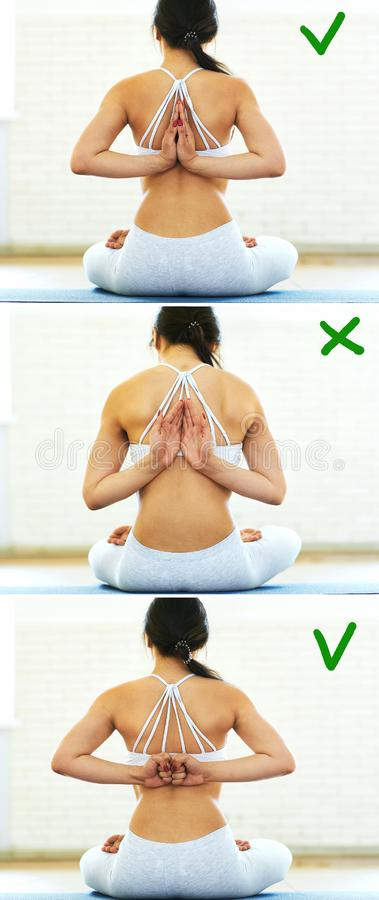 Giovane donna sportiva in abiti sportivi bianchi che sdoing bella posa di yoga in una palestra con il fondo di luce solare Stile  fotografia stock