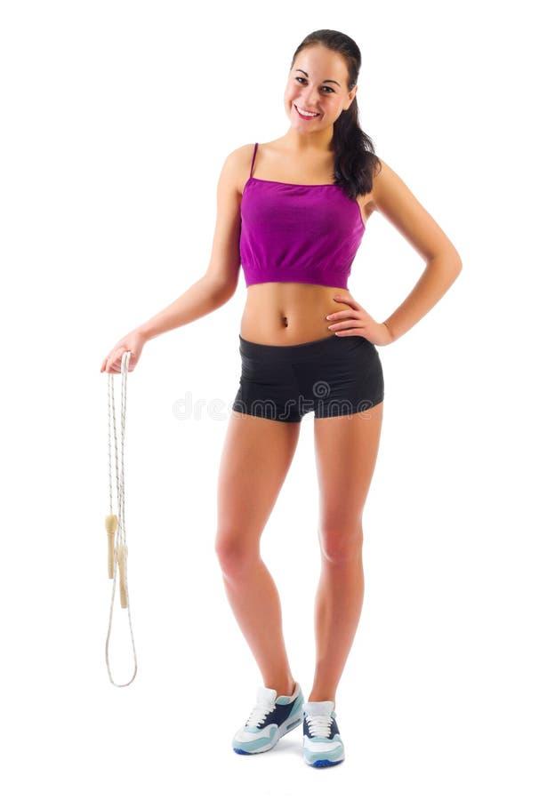 Giovane donna sportiva con il salto della corda fotografia stock