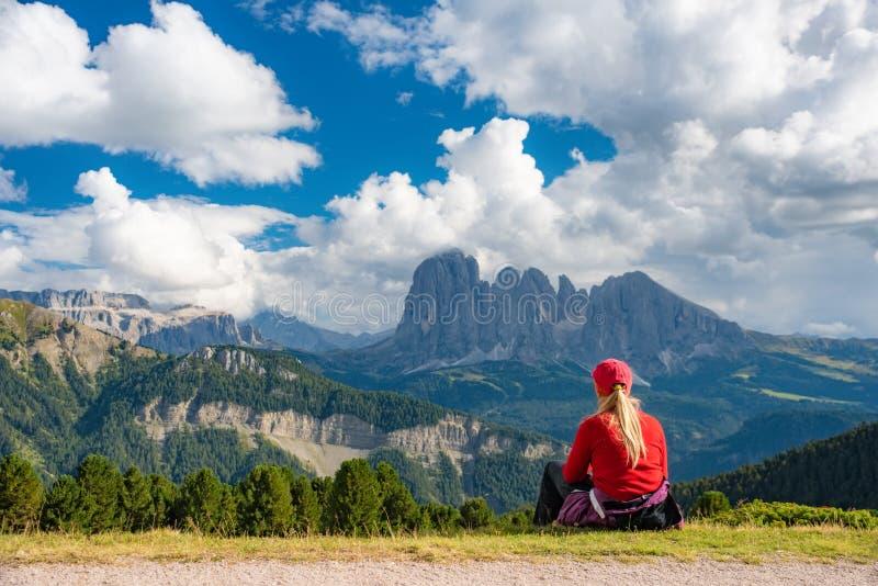 Giovane donna sportiva sulle montagne delle dolomia della traccia di montagna, Italia fotografie stock libere da diritti