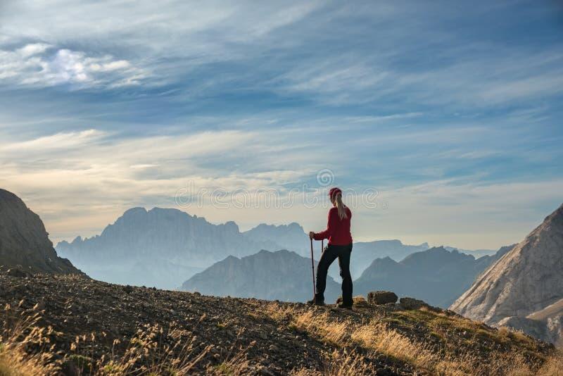 Giovane donna sportiva sulle montagne delle dolomia della traccia di montagna, Italia fotografia stock