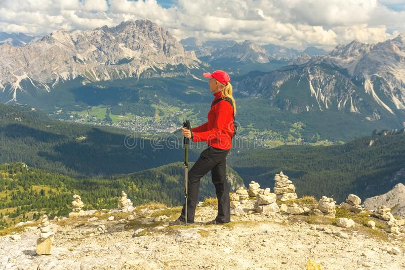 Giovane donna sportiva sulle montagne delle dolomia della traccia di montagna, Italia immagine stock