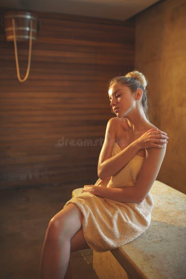 Giovane donna in stazione termale fotografia stock libera da diritti