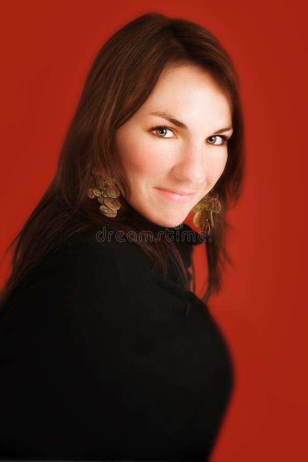 Giovane donna su colore rosso immagine stock