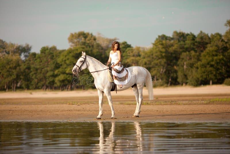 Giovane donna su un cavallo A cavallo cavaliere, cavallo da equitazione della donna sulla b fotografie stock libere da diritti