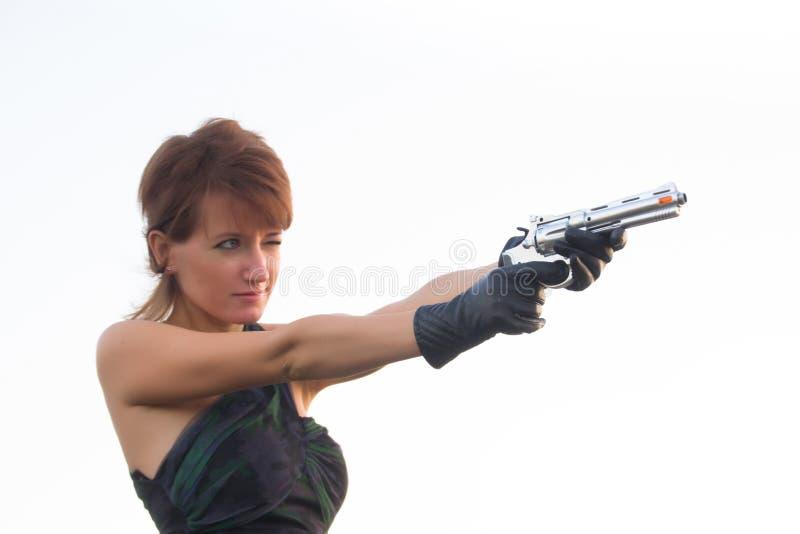 Download Giovane Donna Su Un Fondo Bianco Per Tendere Una Pistola Immagine Stock - Immagine di pistola, pericoloso: 56891307