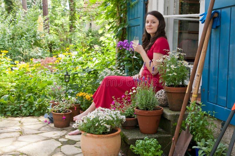Giovane donna su un patio fotografie stock libere da diritti