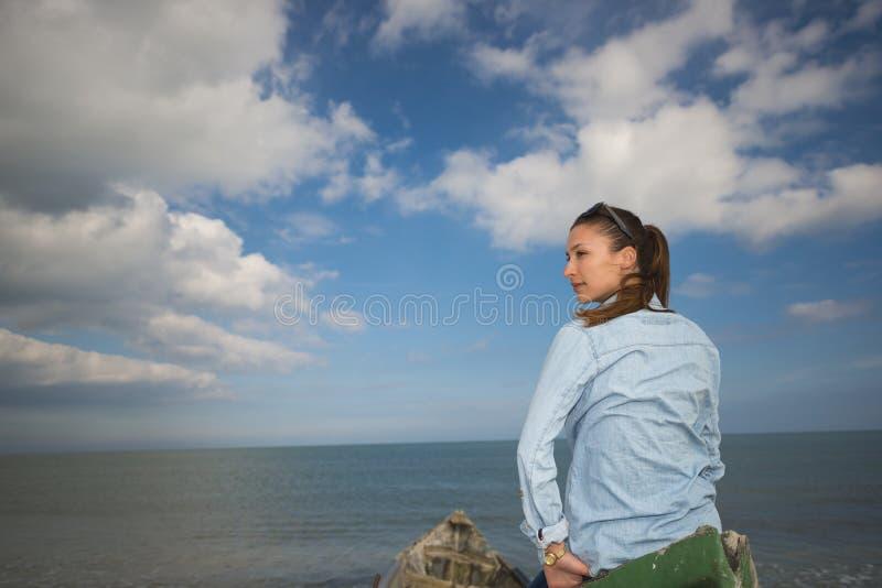 Giovane donna su una barca immagine stock libera da diritti
