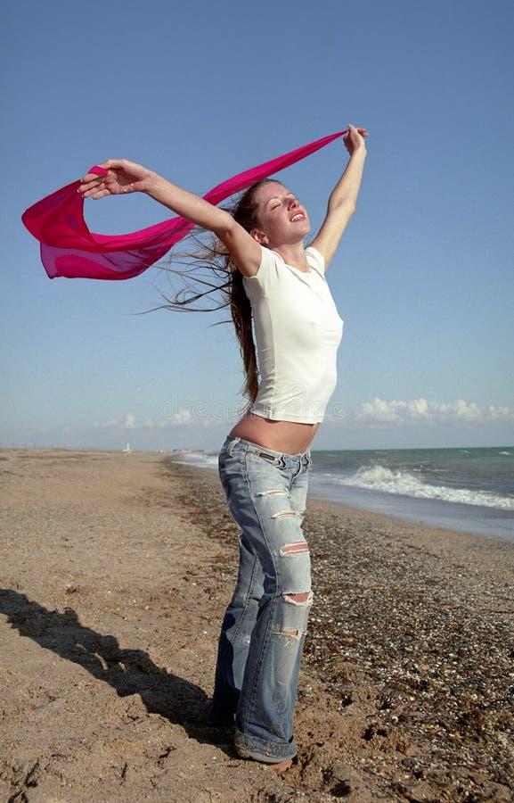 Giovane donna su una spiaggia immagine stock libera da diritti