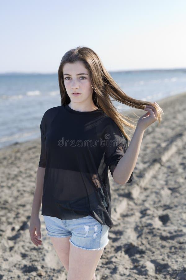 Giovane donna su una spiaggia fotografia stock libera da diritti