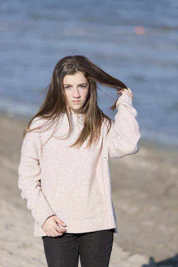 Giovane donna su una spiaggia immagine stock