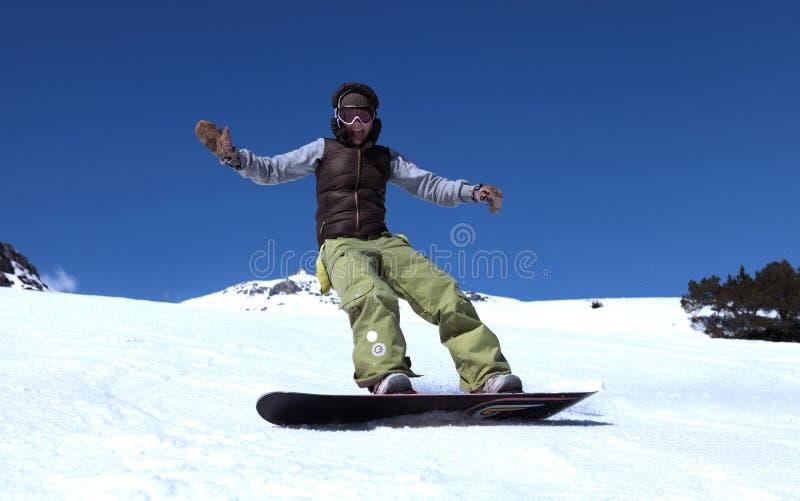 Giovane donna su uno snowboard fotografia stock