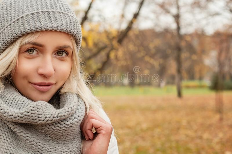 Giovane donna sul fondo di autunno fotografia stock libera da diritti