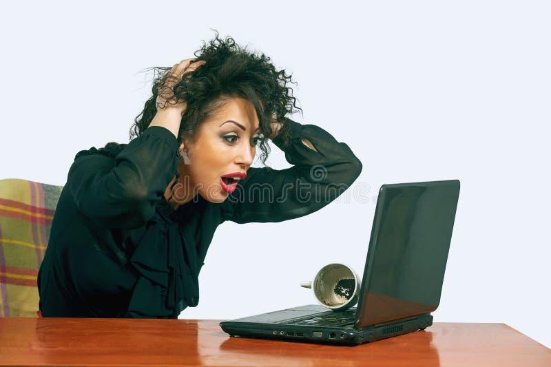 Giovane donna sul lavoro nell'ufficio irritazione fotografie stock libere da diritti