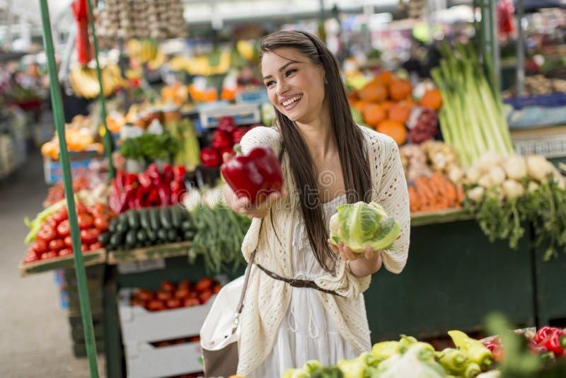 Download Giovane donna sul mercato immagine stock. Immagine di acquisto - 55360871